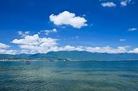 滋賀県 比良山とエリと琵琶湖と雲
