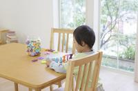 アルファベットのおもちゃで遊ぶ男の子