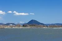 滋賀県 近江富士とヨシと青空