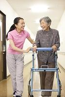 歩行訓練をするおばあちゃん