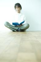 読書をする日本人男性