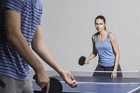 卓球で遊ぶ若者