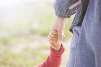 手を繋ぐ母親と子供