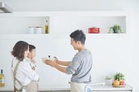 キッチンにいる日本人家族
