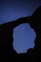 アメリカ合衆国 ユタ州 アーチと星空