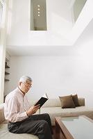 本を読むシニアの日本人男性