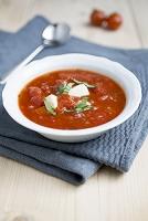モッツァレラとバジルを入れたトマトスープ