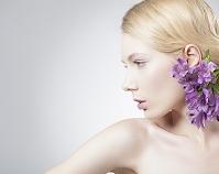 頭に花飾りを付けた女性