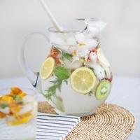 花と果物のミックスジュース