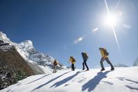 ネパール ヒマラヤ山脈を歩く登山者