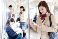 電車通学している女子高生