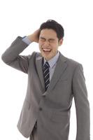 頭が痛い日本人ビジネスマン