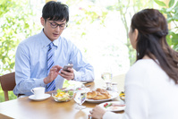 出勤前の朝食を食べる夫婦