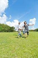 公園を走る日本人家族