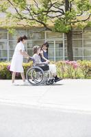 車椅子の女性と見舞いに来た孫