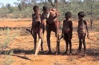 狩りのポイントを子供に教えるアボリジニの先住民