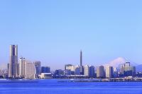 神奈川県 横浜 大黒大橋より朝の富士山とみなとみらい