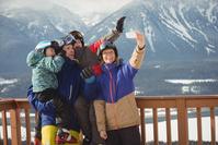 スキーウェアを着た外国人家族