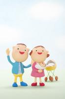 赤ちゃんを抱く夫婦のクラフト