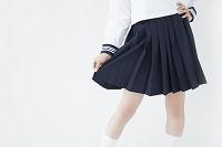 スカートを持つ女子中学生