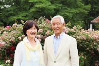 花壇にいるシニア夫婦