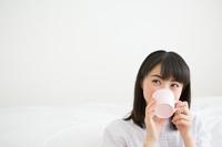 飲み物を飲む日本人女性