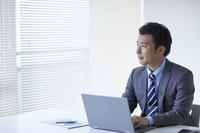 オフィスでデスクワークをする日本人ビジネスマン