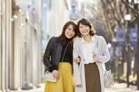 ウィンドウショッピングする2人の女性