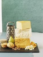 チェダーチーズ、くるみ、梨、スコーンとクラッカー