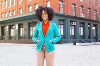 街角に立つ笑顔の外国人女性