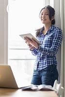デジタルタブレットを使う女性