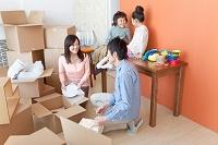 引っ越し作業中の日本人家族
