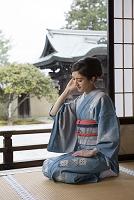 畳に座る着物の日本人女性