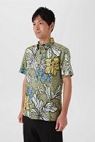 アロハシャツを着る日本人男性