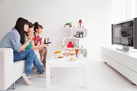 テレビを見ている女性
