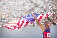 星条旗を掲げる陸上選手