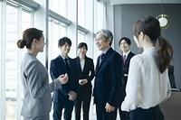 話す日本人ビジネスパーソン