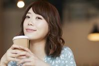 飲み物を持つ日本人女性