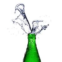 ボトルから噴き出る水