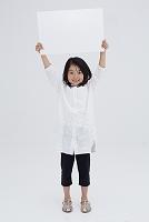 ホワイトボードを持つ日本人の女の子