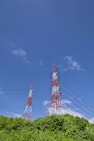 緑の山並みと送電線