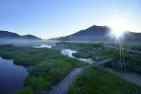群馬県 中田代から望む燧ヶ岳と朝日