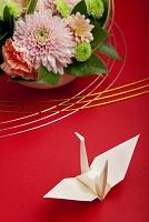 日本 菊のフラワーアレンジメントと折鶴