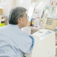 血圧を測る患者