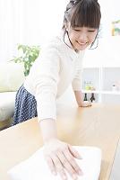 テーブルを拭く日本人女性