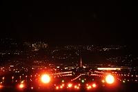 伊丹空港の夜景 着陸する飛行機