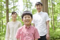 新緑と笑顔の日本人家族