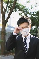 花粉症のビジネスマン