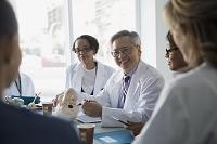 ミーティングする外国人医者
