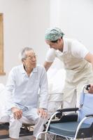 シニアの起床を手伝う介護士